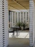50-tal arbeta i trädgården modernistisk utomhus- lokal Royaltyfri Bild