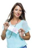 拿着500欧元比尔的微笑的可爱的妇女 图库摄影