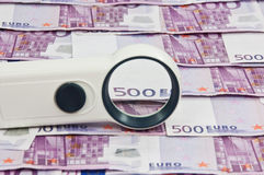 500 euro bills and magnifying glass vista Royalty Free Stock Photos