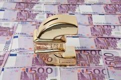 500 euro- contas e sinal do euro do ouro Fotos de Stock Royalty Free