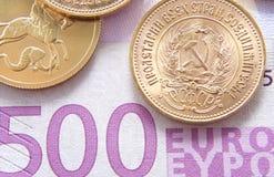 500 euro en gouden roebels royalty-vrije stock afbeelding