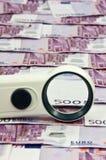 500 euro fatture e vista della lente d'ingrandimento Fotografia Stock