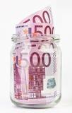 500 Eurobanknoten in einem Glasglas Stockbilder
