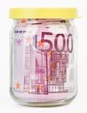 500 Eurobanknoten in einem Glasglas Stockbild