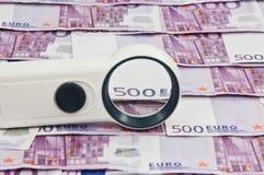 500 Eurorechnungen und Vergrößerungsglas Vista Lizenzfreie Stockfotos