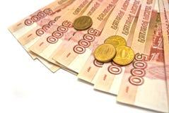 5000 billetes de banco y 10 rublos de monedas Imagen de archivo libre de regalías