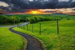 54 - voie aboutissant dans le coucher du soleil Image libre de droits