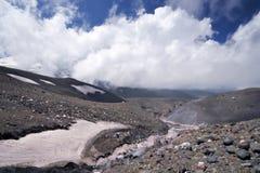 5642m mot floden för oklarhetselbrusglaciär Arkivbild