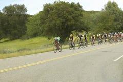 一个小组旅行横跨在加州的高速公路58的路自行车骑士 免版税库存图片