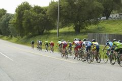 一个小组旅行横跨在加州的高速公路58的路自行车骑士 图库摄影