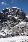 5977 rocheux maximaux de l'Himalaya de falaise unclimbed Photographie stock libre de droits
