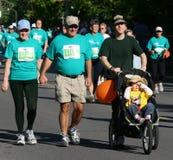 5k οικογενειακό τρέξιμο στοκ εικόνα με δικαίωμα ελεύθερης χρήσης