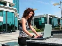 6个女孩膝上型计算机工作 免版税库存图片