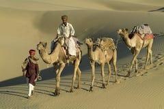 6头骆驼有蓬卡车印地安人 库存图片