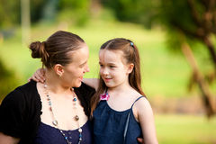 6女儿她的妈咪老户外年 免版税库存图片
