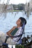6户外读的妇女 免版税库存照片