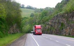 6有历史的红色半途径卡车 库存照片