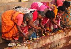 6 индусских людей varanasi в ноябре Стоковая Фотография RF