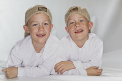 6 años de gemelos idénticos del pld Imágenes de archivo libres de regalías
