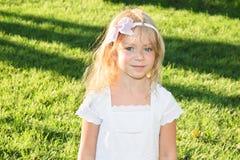 6 anos bonitos da menina idosa no prado do verão Fotos de Stock