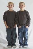 6 anos de gêmeos idênticos velhos Fotografia de Stock Royalty Free