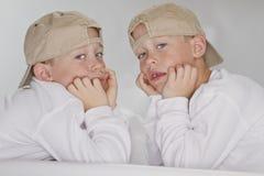 6 anos de gêmeos idênticos velhos Fotografia de Stock