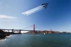 6 aviones de combate sobre el puente de puerta de oro Imagen de archivo