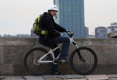 6 barn för male ryttare för cykel stads- royaltyfri foto