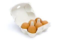 6 Eier im Kasten getrennt auf Weiß Stockfotos