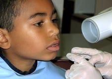 6 Einjahresgemischtrassiger Junge an der Zahnarztüberprüfung Lizenzfreie Stockfotos