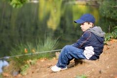 6 gammala år för pojkefisher Arkivfoton