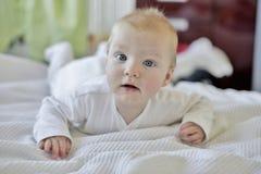 6 gammala månad behandla som ett barn pojken arkivfoton