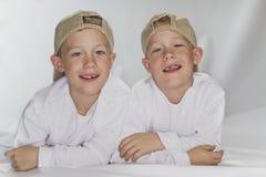 6 Jahre pld eineiige Zwillinge Lizenzfreie Stockbilder
