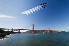 6 Kampfflugzeuge über Br5ucke Stockbild