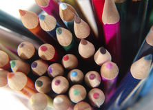 6 kulöra blyertspennor arkivfoton