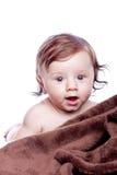 6 meses hermosos de bebé que miente en la toalla Imágenes de archivo libres de regalías
