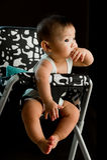 6-Monats-altes asiatisches Baby, das Finger kaut Stockfotografie
