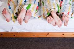 6 pés debaixo das folhas de uma cama Imagens de Stock Royalty Free
