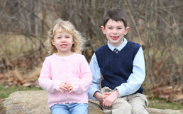 6 unga lyckliga syskon för barn Royaltyfria Bilder