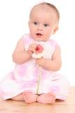 6 van het babymaanden meisje met bloem Royalty-vrije Stock Afbeeldingen