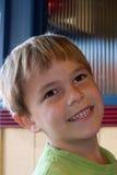 6 vecchi anni sorridenti del ragazzo adorabile Fotografia Stock