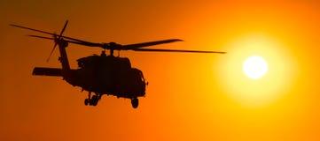 60 h直升机日落 免版税库存图片