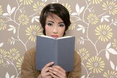 60-talbok som läser den retro blyga tappningkvinnan Arkivfoto