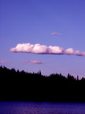 6407 blue clouds sky treeline στοκ εικόνα με δικαίωμα ελεύθερης χρήσης