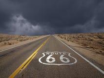 路线66莫哈韦沙漠风暴天空 图库摄影