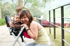 7个亚洲人女婴老她的月母亲 库存图片