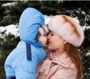 7个婴孩小的母亲公园冬天 免版税库存照片