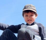 7穿蓝衣的男孩纵向天空年 免版税库存图片