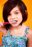 7 éénjarigenmeisje het borstelen tanden royalty-vrije stock foto