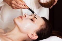7温泉 有面部面具的美丽的妇女在美容院 免版税库存照片